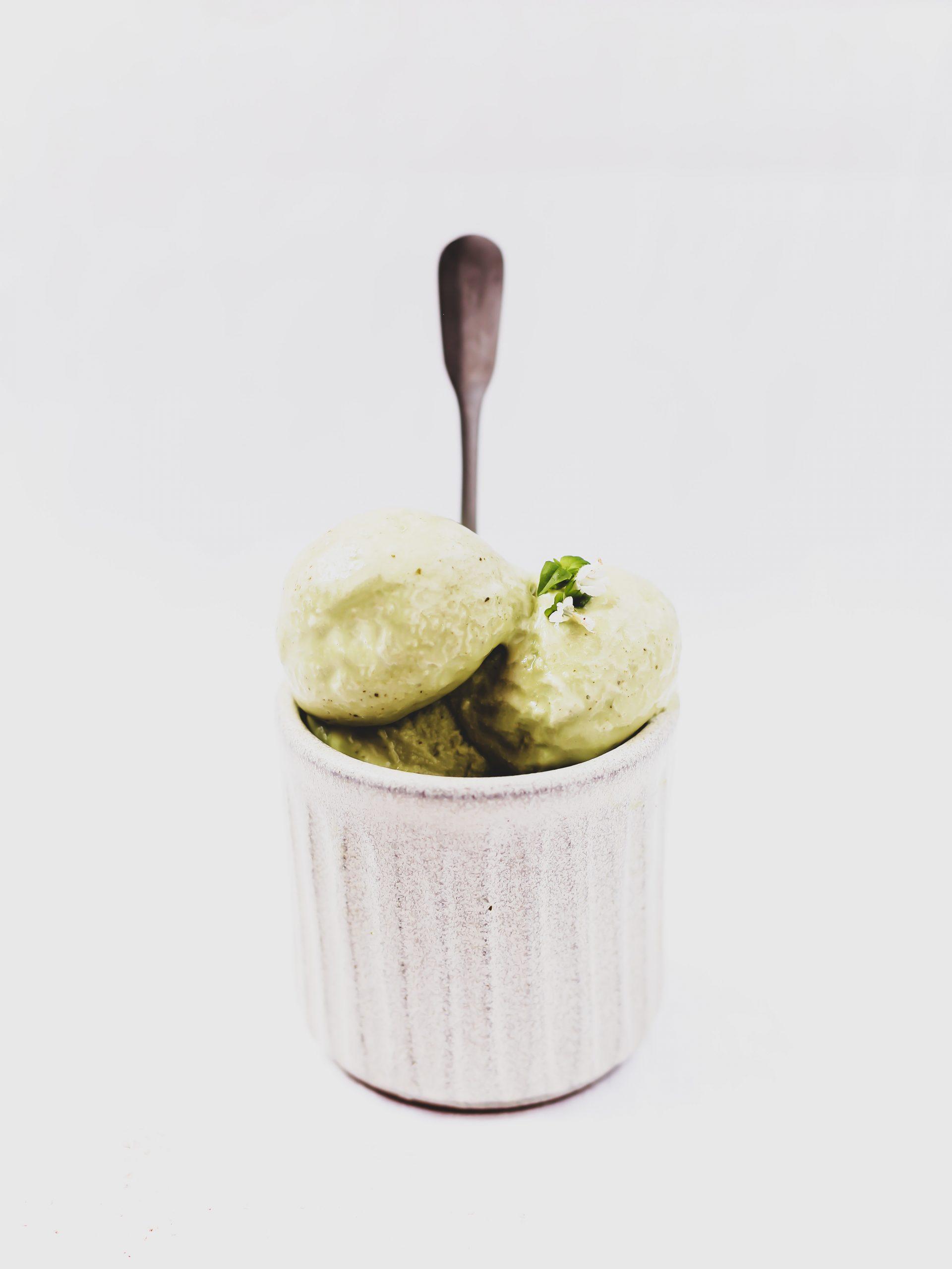 Helado de albahaca con yogur